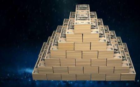 Пирамида из купюр на синем фоне