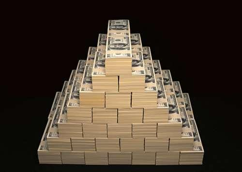 Пирамида купюр на черном фоне
